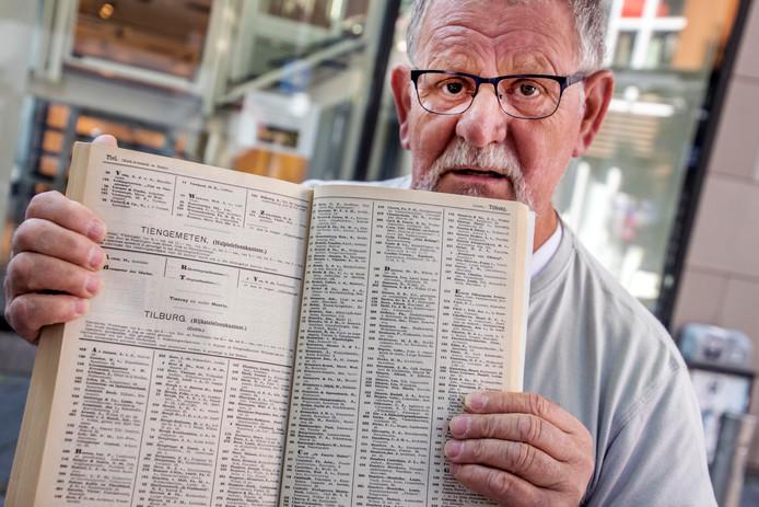 Wil van Gestel met zijn telefoonboek uit 1915.