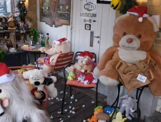 """Cafébaas versiert terras met teddyberen: """"Op die manier brengen we er toch een beetje de kerstsfeer al in"""""""