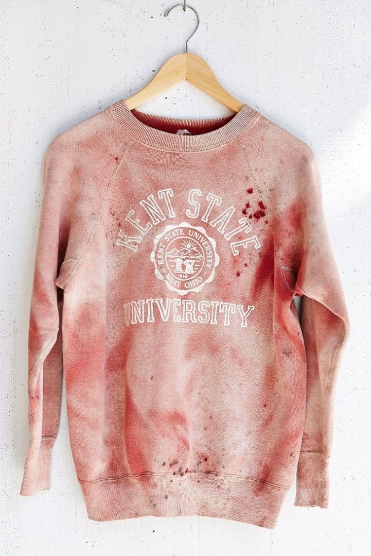 Het met bloed bespatte, controversiële shirt dat verwijst naar de bloederige 'Kent State Shootings' in 1970 Beeld Screenshot Urban Outfitters