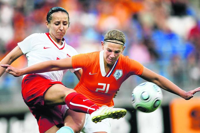 Chantal de Ridder in duel met de Poolse Marta Mika tijdens de interland Nederland - Polen in 2009.
