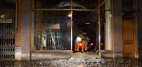 Ramkraak bij dure kledingwinkel in Deventer binnenstad: daders crashen met vluchtauto op A28