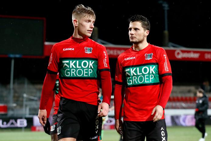 Tom Overtoom (rechts) en Zian Flemming zijn teleurgesteld na de bekeruitschakeling in Rotterdam tegen Excelsior.