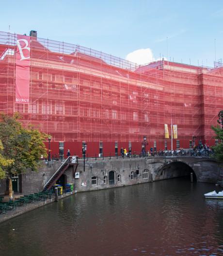 Dit zie je achter de rode netten van het stadhuis