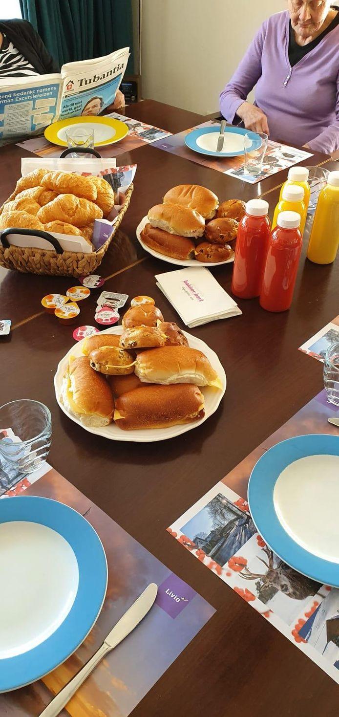 Fanatieke FC Twente supporters van Hardcore Eibergen verrasten bewoners en zorgpersoneel van Livio in Eibergen met een vers ontbijt