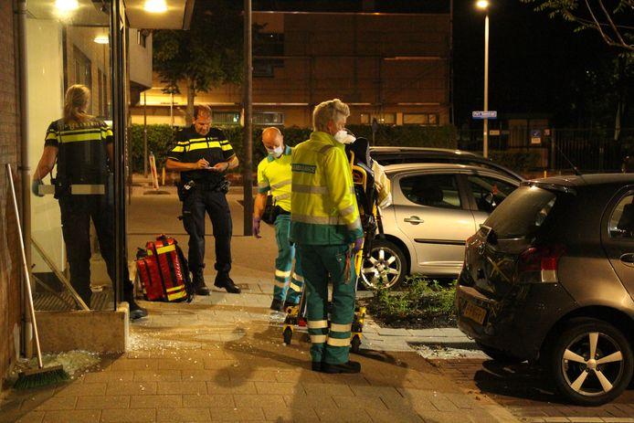 De politie trof de man gewond in de woning aan.