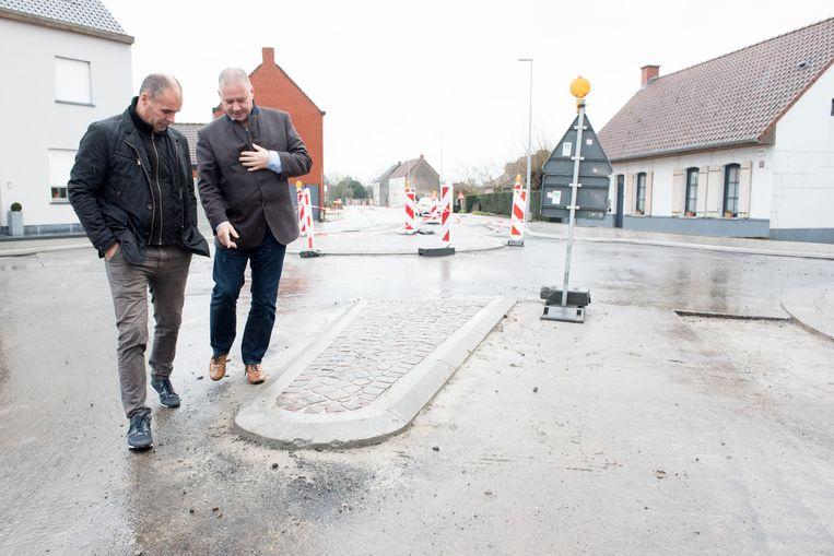 Ex-Ronde-winnaar Peter Van Petegem en koersdirecteur Wim Van Herreweghe kwamen gisteren het nieuwe verkeerseiland en rond punt bekijken. Conclusie: dat wordt gevaarlijk als het peloton komt voorbijrazen.