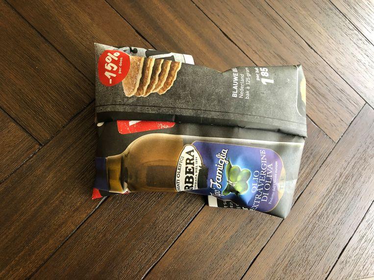 De vier popsicles zijn ingepakt in een folder van horecagroothandel De Kweker.  Beeld Monique Van Loon