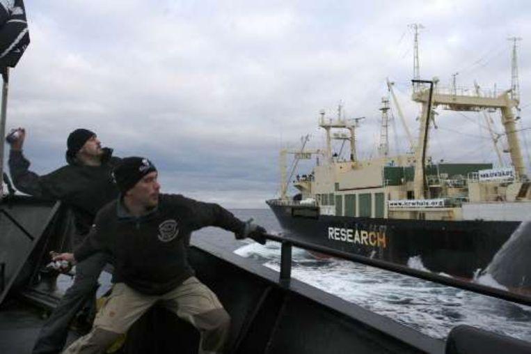 Sea Shepherd-activisten gooien stinkbommen naar de Japanse walvisvaarder Nisshin Maru.
