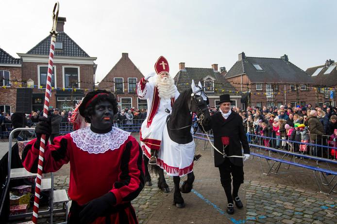 Sint Piter en Swarte Pyt komen aan in Grouw, in 2017