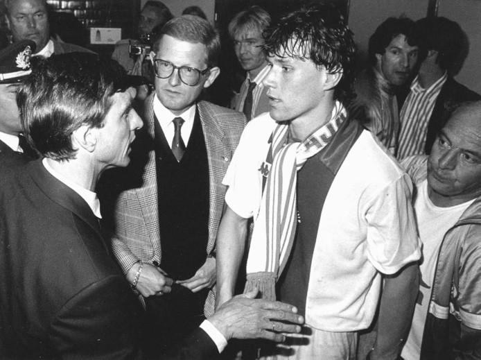 Cruijff praat na de gewonnen EC II-finale van 1987 met Van Basten. Pieter van Vollenhoven staat bij de twee voetbaliconen.