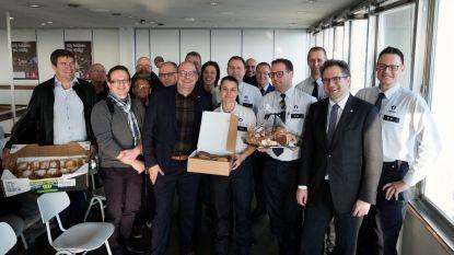 Winkeliers bedanken politie met koffiekoeken