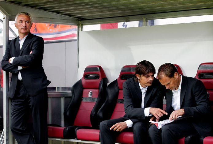 Phillip Cocu en Frank de Boer bespreken de tactiek voor Nederland-Mexico terwijl bondscoach Bert van Marwijk toekijkt.