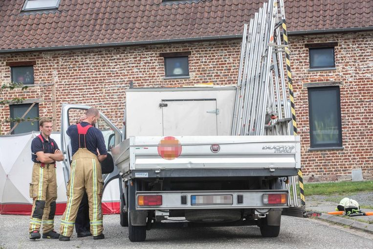 De bestelwagen, met in de laadbak nog een overblijvende bok. De andere kwam op de auto van Inge terecht.