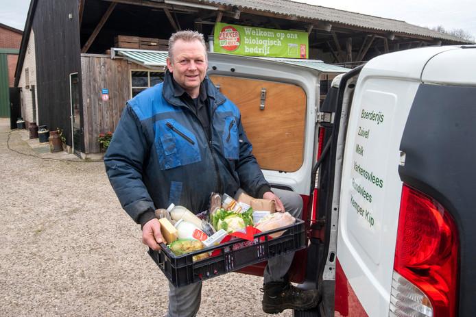 Hans Nieuwenburg plaatst de zoveelste bestelling in zijn bestelwagen.