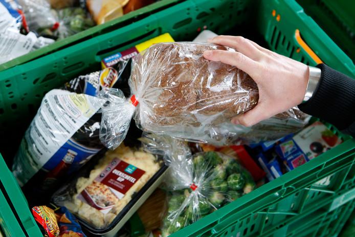 Een voedselpakket van de Voedselbank. De Voedselbank schenkt de voedselpakketten aan mensen die beneden het bestaansminimum leven.