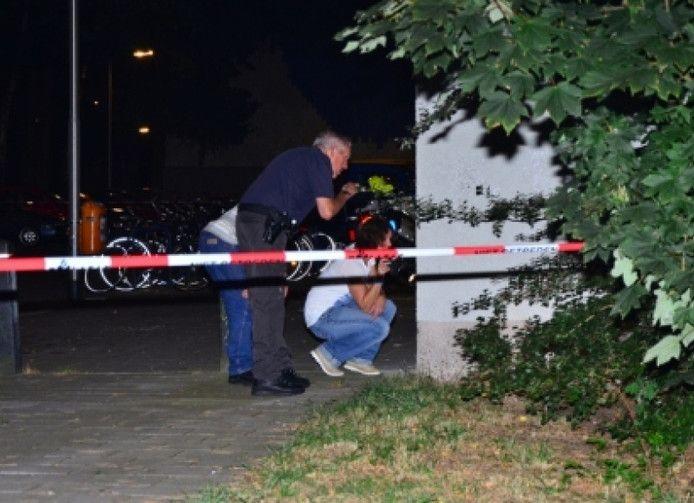 De politie doet in 2012 onderzoek na de liquidatiepoging bij de flat aan de Kapelmeesterlaan.