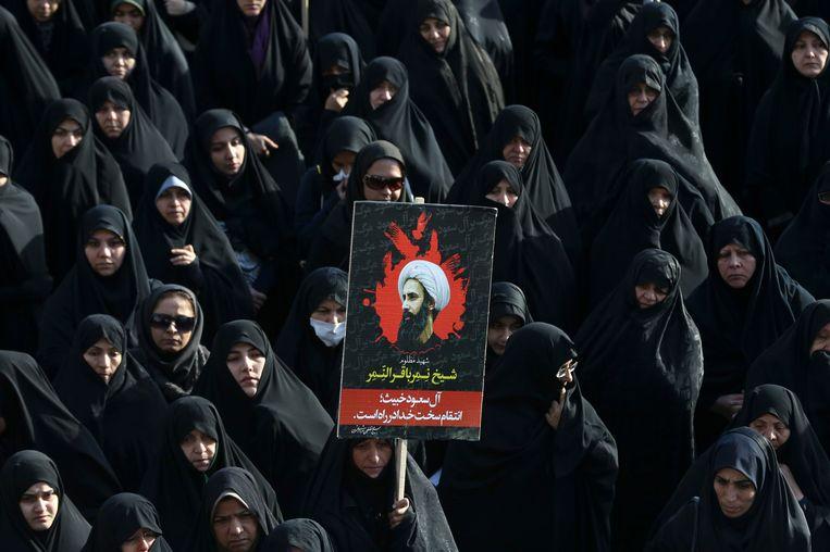 Een betoging maandag in Teheran. Het bord toont het gelaat van Nimr al-Nimr. Beeld AP