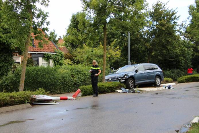 De auto reed onder meer tegen een verkeersbord en kwam op een verkeersremmer tot stilstand.