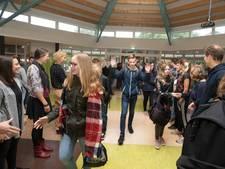 Scholieren geven high five aan de leraren, tegen het pesten