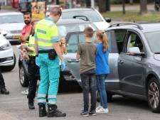 Politie Apeldoorn zoekt gevluchte bestuurder die inreed op auto met baby en kinderen