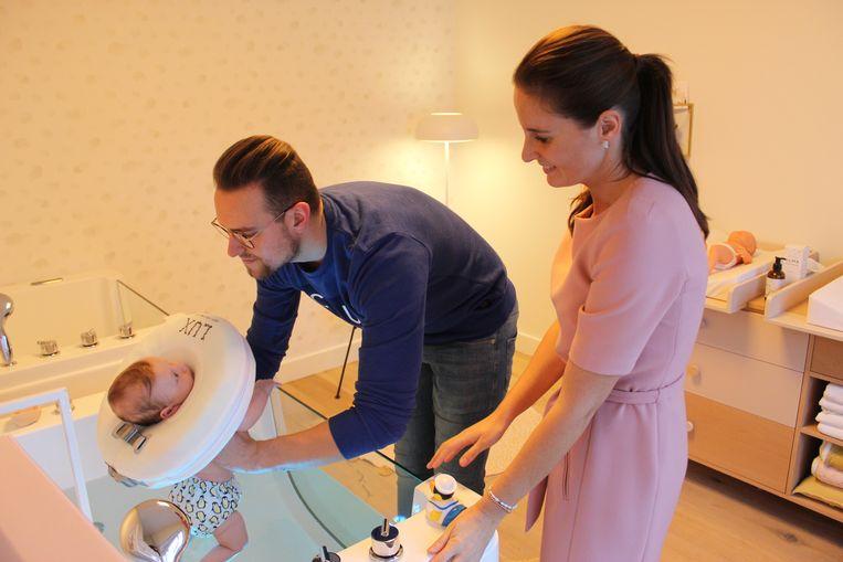 Papa Elias mag Filemon in het badje steken. Door een halsband blijft de baby drijven.