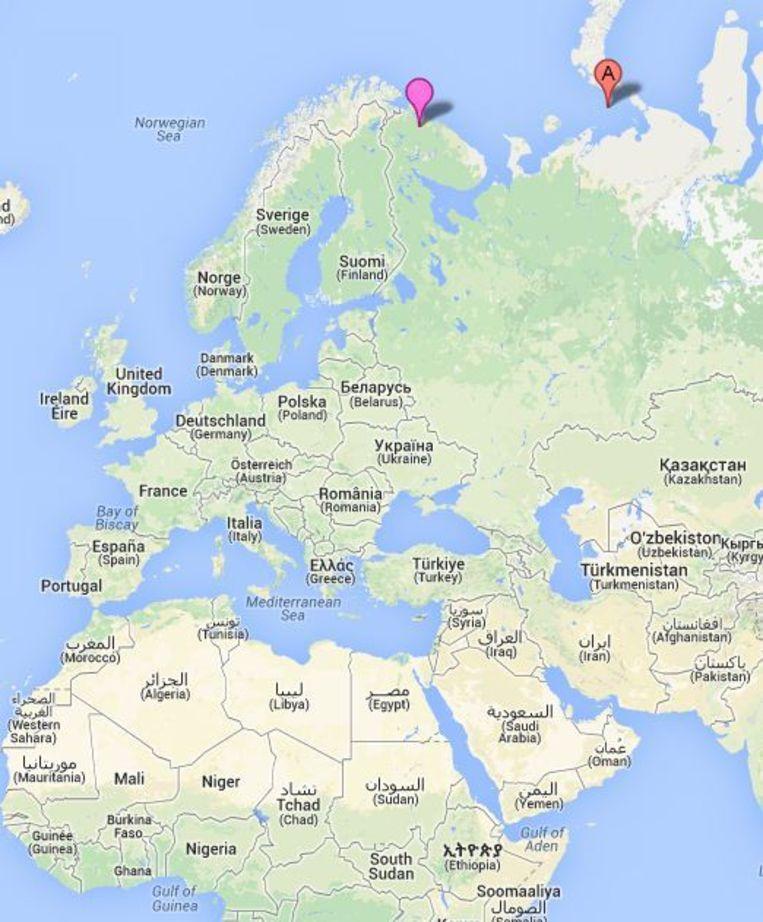 Het Prirazlomnoje-platform (A) ligt voor de Russische kust in de buurt van Moermansk (roze). Beeld Google