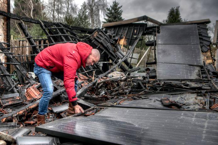"""Teamleider van """"Roparun Maakt een Vuist"""" Renko Fiks bekijkt de totaal verwoestte zonnepanelen."""