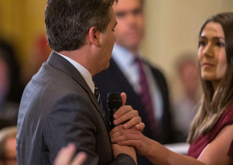 Het moment waarop een vrouwelijke stagiaire van het Witte Huis de microfoon van CNN-verslaggever Jim Acosta probeert af te pakken.