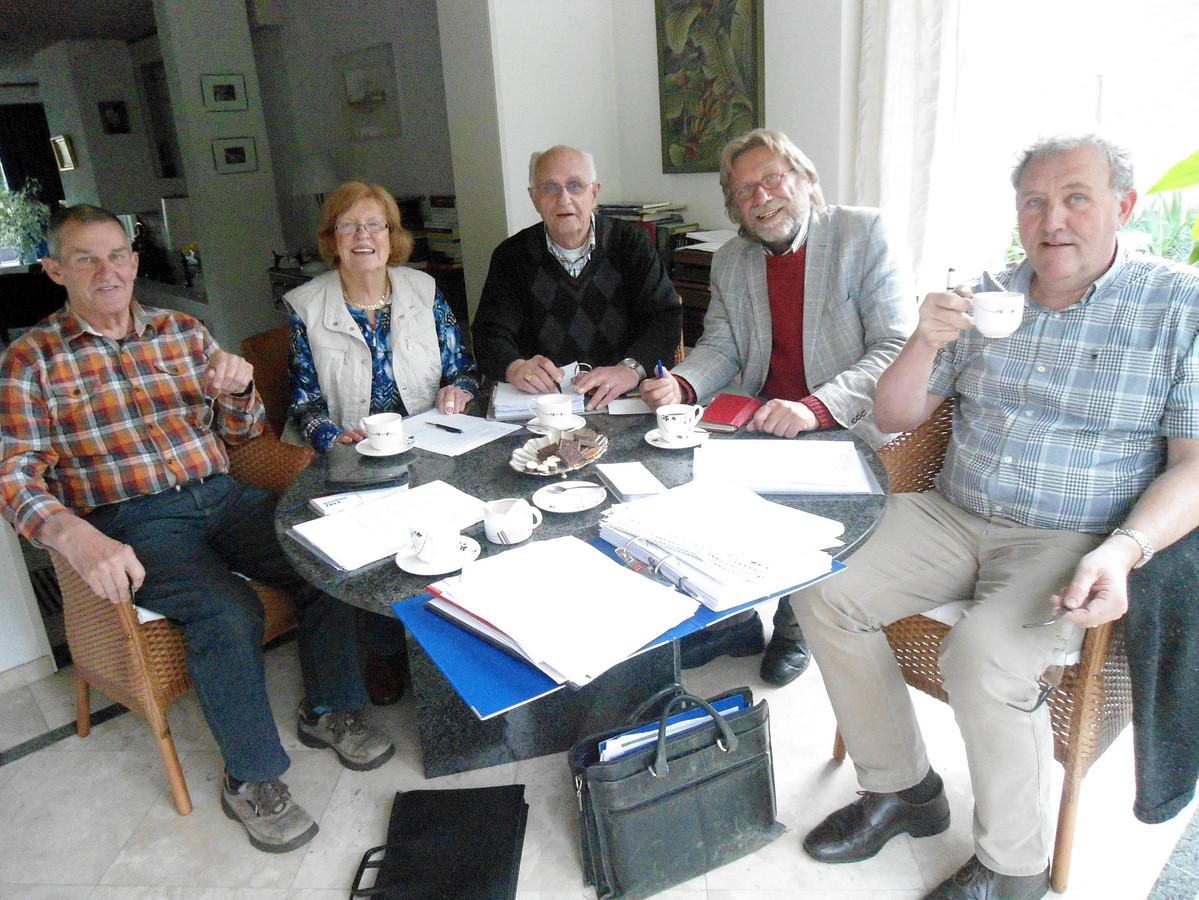 Mien en de heren van de werkgroep Mien en de Zömmerse Hirre bijeen, met vlnr Harrie Swinkels, Mien Willems  van de Moosdijk, Jan van Eijk, Louis van den Bosch en Karel Velings.