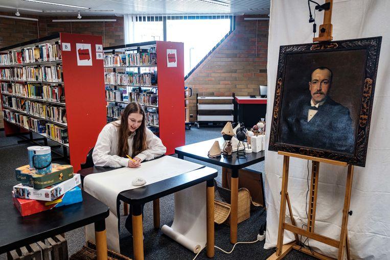 Marike is aan het werk  in de bibliotheek van Ranst.