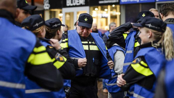 De eerste agenten komen aan op Den Haag Centraal.