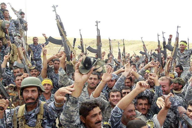 Iraakse grondtroepen houden hun wapens hoog nu het dorp Jurf al-Sakhar bevrijd is. Foto van 30 oktober. Beeld afp
