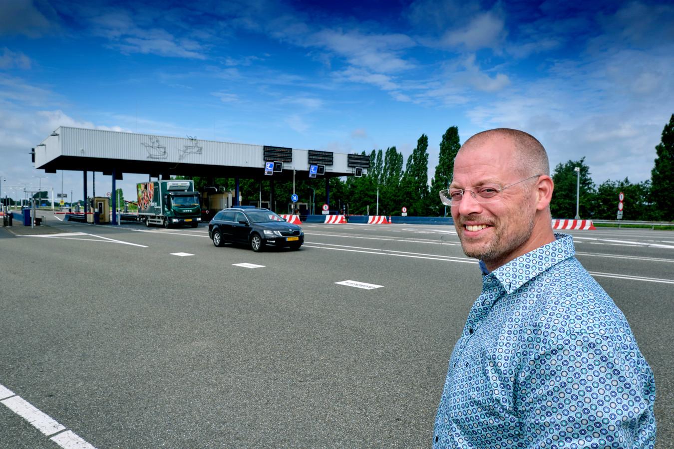 Wouter Joosten bij de tolpoortjes van de Kiltunnel. Dit stuk weg wordt ook onder handen genomen bij de grote renovatie.
