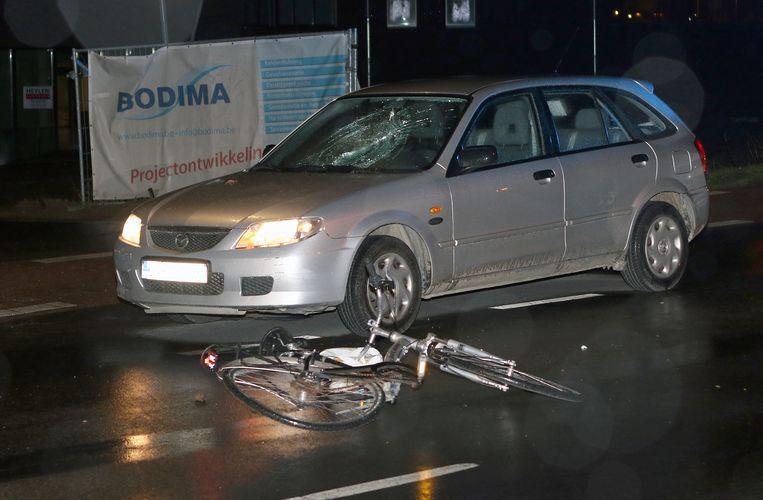 De fietsster werd gegrepen door een wagen.