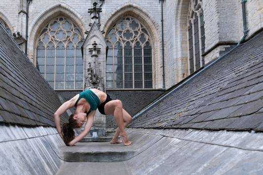 Een slangenmens op het dak van de Grote Kerk in Breda