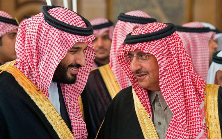 De Saudische kroonprins en sterke man Mohammed bin Salman (links) in 2016 met zijn rivaal Mohammed bin Nayef, die hij nu heeft laten arresteren.  Bin Nayef zou een coup hebben willen plegen. Beeld AFP