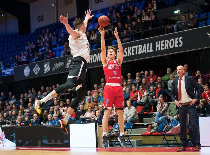 De Bossche Basketbalclub Heroes geeft bedrijven in moeilijkheden tóch twee stoelen en 250 kinderen uit gezinnen die door corona getroffen zijn een seizoenkaart.