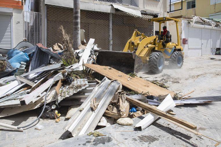 In het centrum van Philipsburg is de lokale bevolking bezig met het opruimen van de troep die orkaan Irma heeft achter gelaten. Beeld ANP