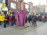 Protestmars in centrum Hengelo, tegen Hijschgebouw en voor bos op marktplein