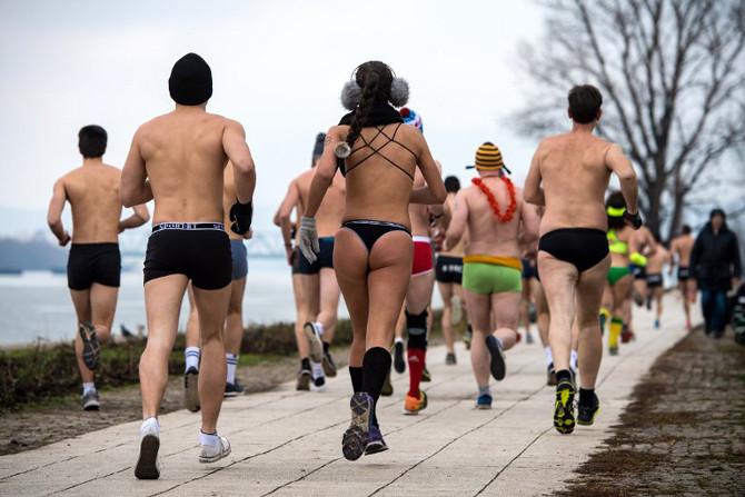 """La """"Underpants Run"""", une course à pied en sous-vêtements  le long du Danube à Belgrade."""