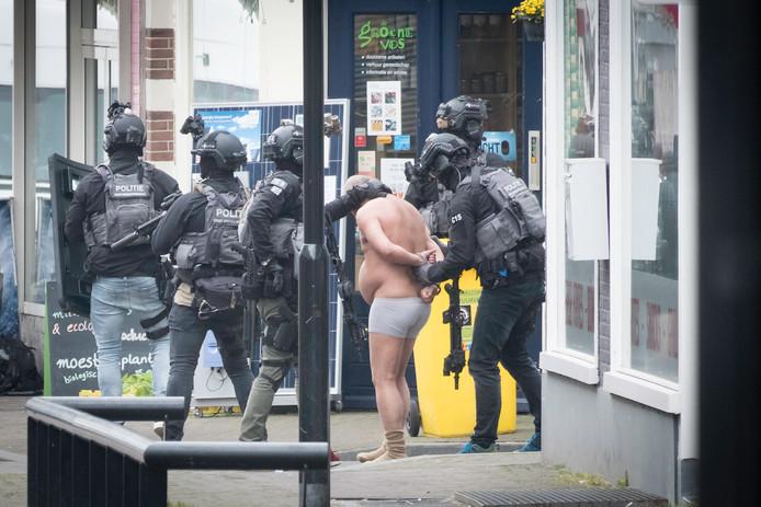 De politie maakt een einde aan de gijzeling in Arnhem.
