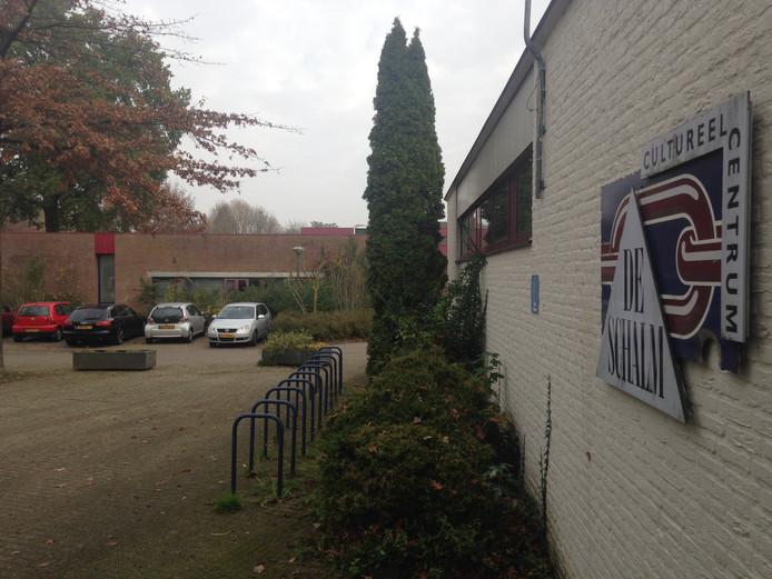 Voormalig cultureel centrum De Schalm in Berkel-Enschot met in de achtergrond de voormalige bibliotheek