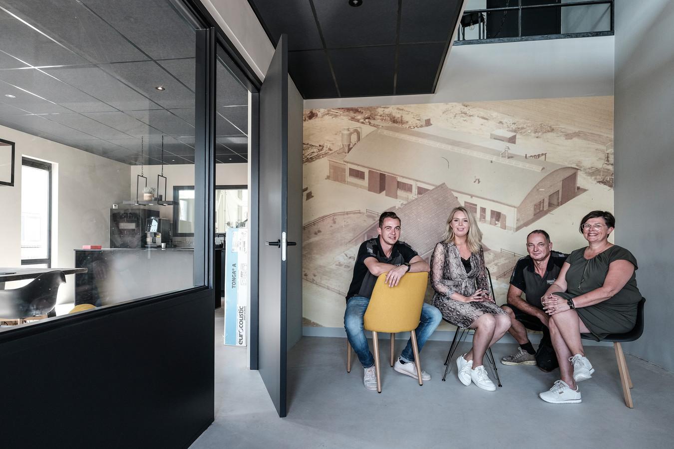 De familie Veenhuis in de nieuwe fabriek. Vlnr: Gerjan, Elise, Gerben en Jeanette. Foto: Jan Ruland van den Brink