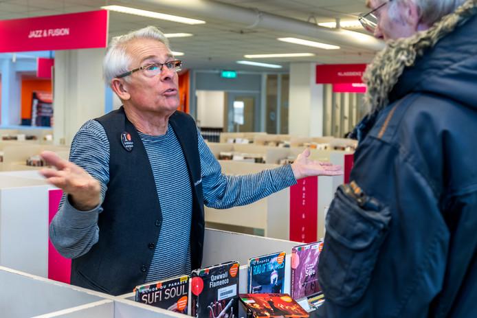 Jack van 't Pad op de cd-afdeling van de Bibliotheek Utrecht.