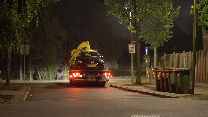 De Volvo met mogelijk een kogelgat werd afgevoerd voor forensisch onderzoek.