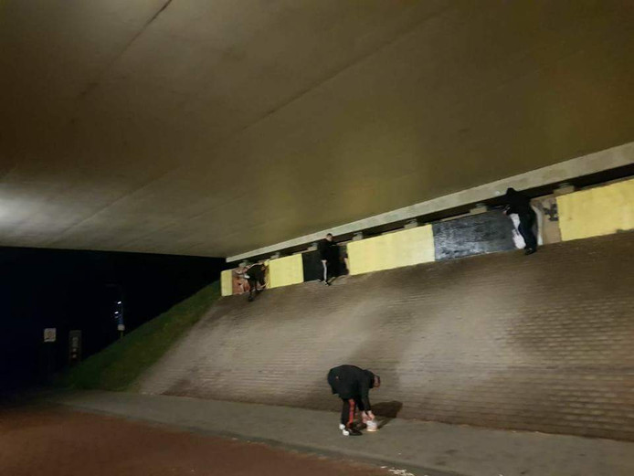 NAC-supporters verven het viaduct bij Het Laar zwart-geel.
