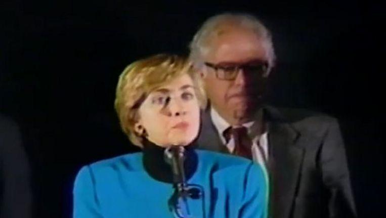 Hillary Clinton en Bernie Sanders tijdens een belangrijke speech van Clinton over gezondheidszorghervormingen. Beeld null