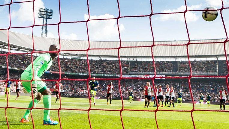 Ajax-speler Ricardo van Rhijn scoort de 0-1 uit een vrije trap, Feyenoord-keeper Kenneth Vermeer kan hem niet tegenhouden. Beeld anp