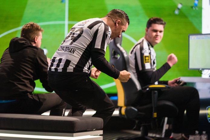 Lev Vinken en Bryan Hessing van Heracles Almelo winterkampioen eDivisie seizoen 2019-2020