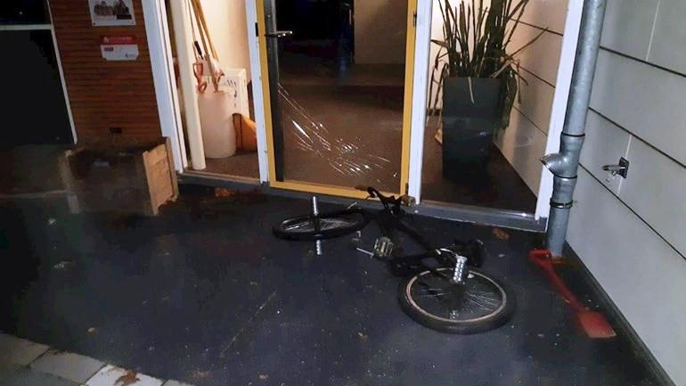 De vernieling van de entree van de school in Heino.